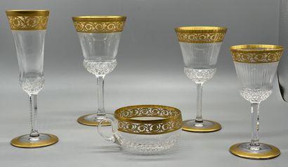 Saint Louis.  Service Thistle or en cristal taillé et doré comprenant 72 pièces...
