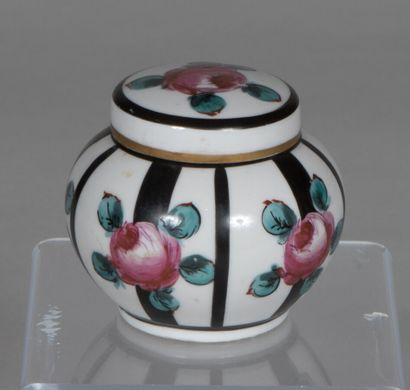 LIMOGES  Petite boîte ronde couverte en porcelaine...