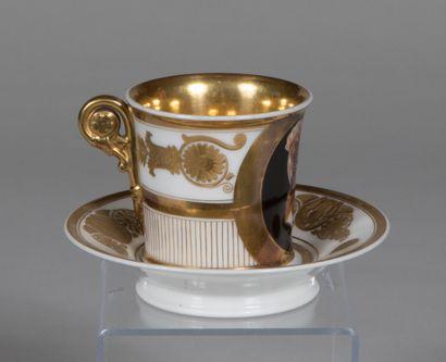 PARIS  Tasse et sa soucoupe en porcelaine...