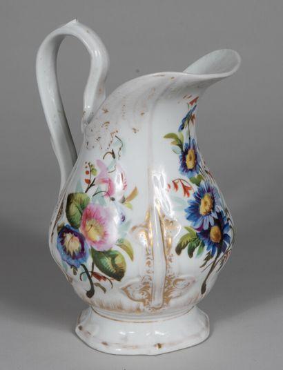 PARIS  Pichet à eau en porcelaine à décor...