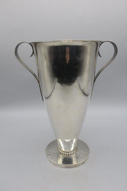 Jean DESPRES (1889-1980) Vase en métal argenté...