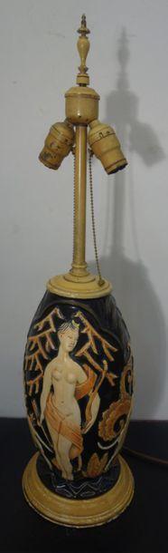 TRAVAIL FRANÇAIS Lampe en céramique à corps ovoïde surmonté d'un système lumineux...