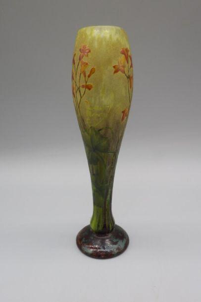 DAUM. Vase balustre sur piédouche. Epreuve en verre marmoréen jaune, vert, violet...