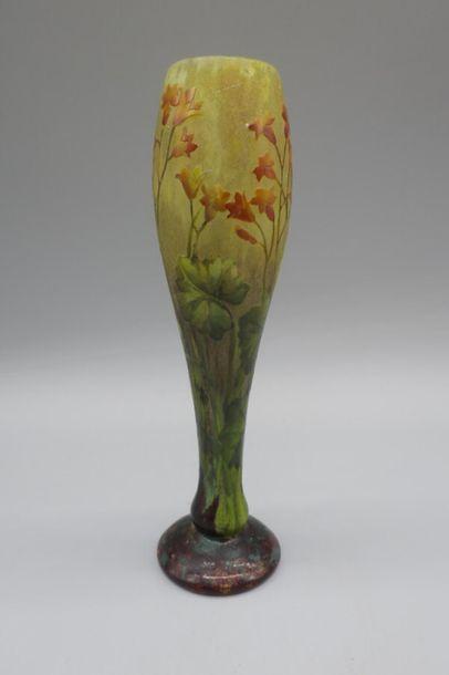DAUM. Vase balustre sur piédouche. Epreuve...