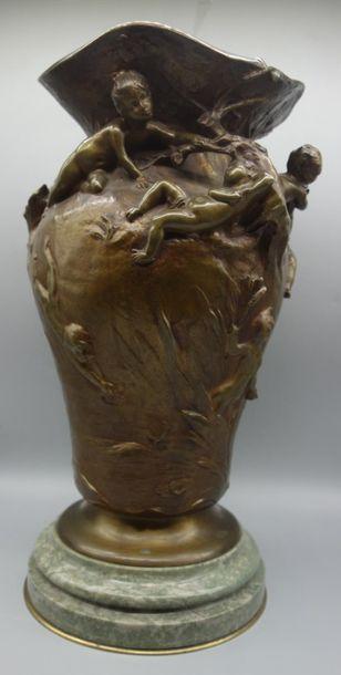 """Louis COUSTAURY (né en 1897) """" Ronde d'enfants """" Vase en bronze doré à corps balustre..."""