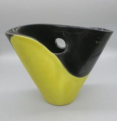 """Vase """"diabolo"""" Manufacture ELCHINGER Circa 1970 En céramique émaillée jaune et noir..."""