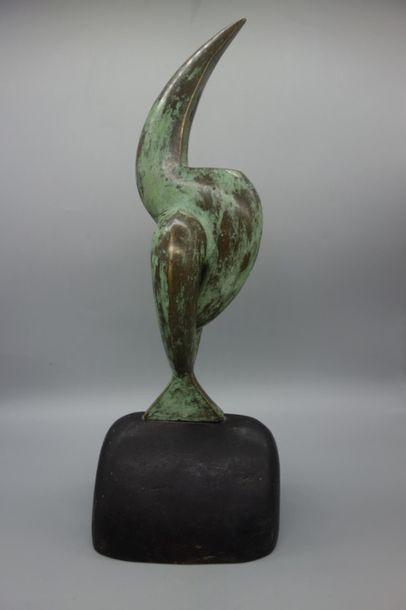 Ecole moderne. Sculpture en bronze représentant un toucan reposant sur un socle...