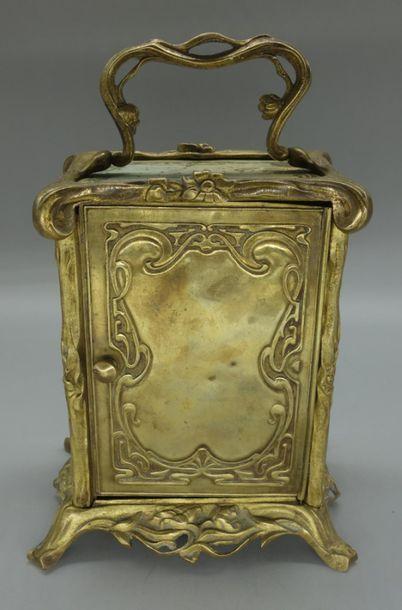 Alphonse MUCHA (d'après) Pendulette à corps quadrangulaire en bronze doré à corps...