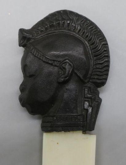 Émile Adolphe MONIER (1883-1970) Coupe papier à tête africaine de profil en bakélite...