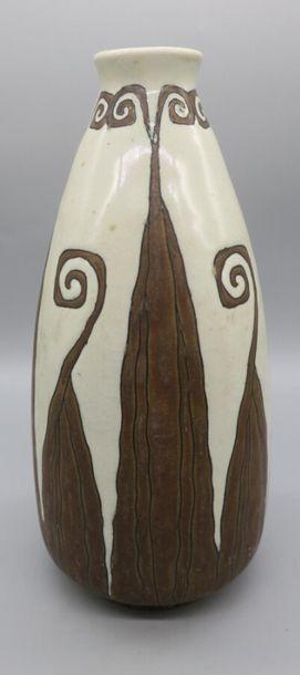 Charles CATTEAU & BOCH FRERES LA LOUVIERE Vase en grès à corps ovoïde et petit col...