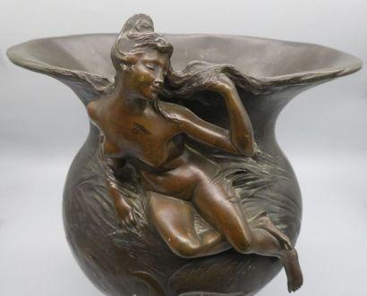 Georges ENGRAND (1852-1936) Vase en bronze à patine brune nuancée à corps ovoïde...