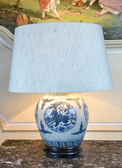 Chine, grand vase en porcelaine à décor de...