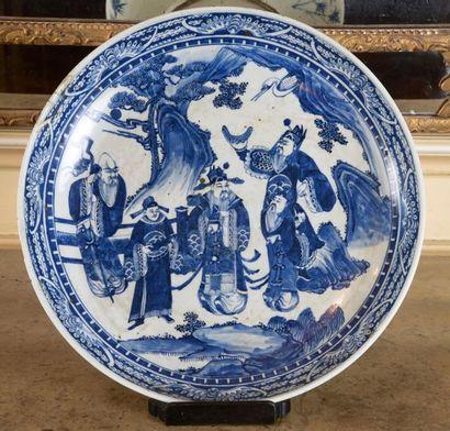 Chine, grand plat à décor bleu d'une scène...