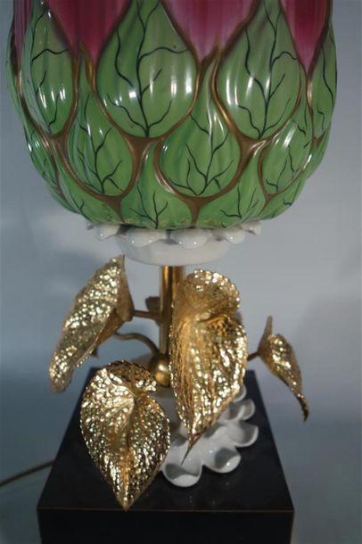 TRAVAIL CONTEMPORAIN Lampe de table à une lumière à piètement tubulaire en laiton...