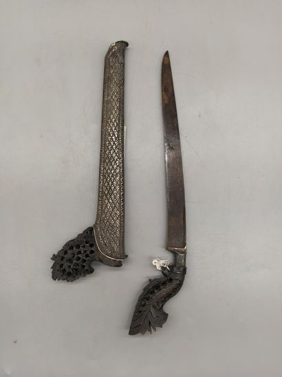 Kriss de MALAISIE, très belle poignée en bois noir très finement sculptée d'une...