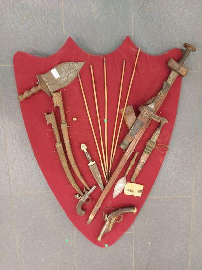 Panoplie d'armes anciennes africaines, 2 fleurets, 2 pistolets dont un à coffre...