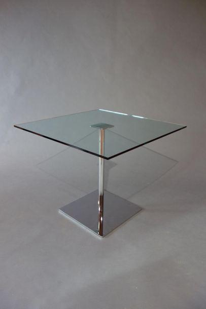 Table, dalle de verre carré reposant sur...