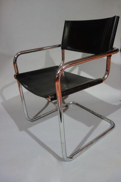 Trois chaises, cantilever S33 par Mart Sam....