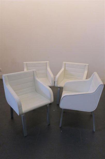Série de quatre fauteuils garnis de cuir...