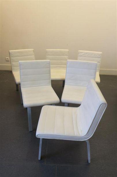 Série de six chaises garnies de cuir blanc...
