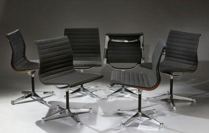 Suite de 6 chaises modèle EA105, par Charles...