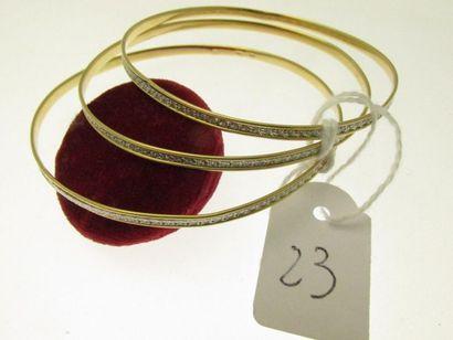 3 bracelets rigides or deux tons au décor...