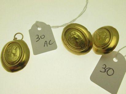 1 pendentif or au décor d'un profil féminin,...
