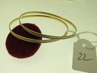 2 bracelets rigides or deux tons au décor...