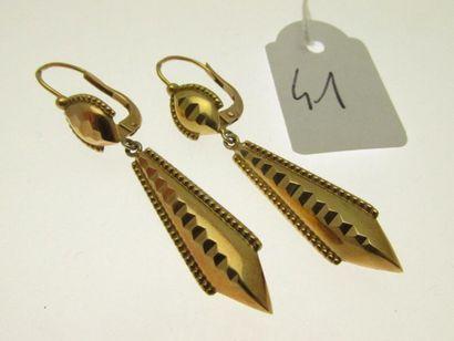 1 paire de pendants d'oreilles or perlés et facetés, bossués 3,1g