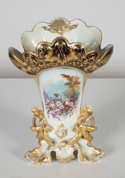 Vase d'autel en porcelaine à col évasé et...