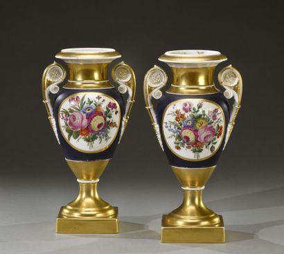 PARIS.  Paire de vases en porcelaine de forme...