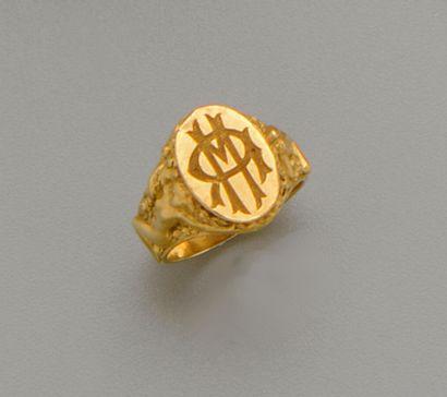 Chevalière en or jaune 18K (750/oo), le plateau...