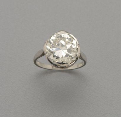 Bague solitaire en platine (850/oo) centrée d'un diamant demi taille pesant 6,52...
