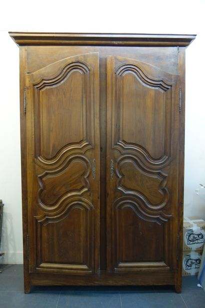 Armoire dans le style Louis XV en bois naturel....