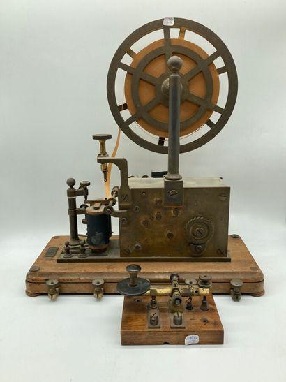 L. M. ERICSSON & CO STOCKHOLM N° 2538  Télégraphe morse sur socle bois avec sa roue...