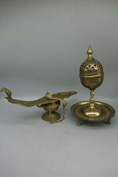 Deux lampes à encens en laiton décoré.  XIXème...