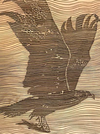Sculpture contemporaine en bois à décor d'un aigle en vol. 67 x 49 cm. Porte une...