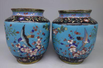 Paire de vases en bronze à décor d'émaux...