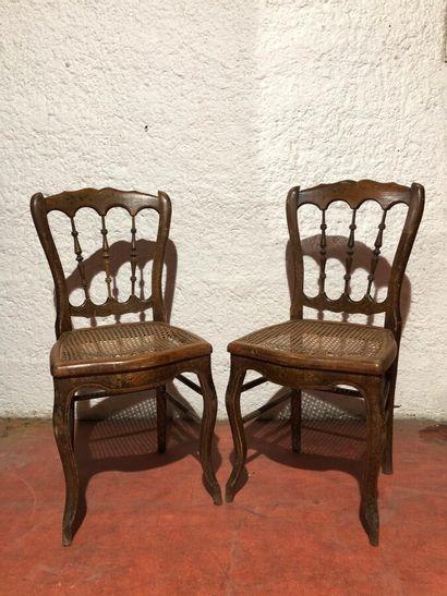 Deux chaises, à dossier barreaudé à décor...