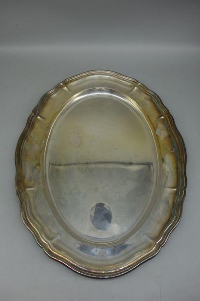 PLAT ovale et un LEGUMIER en métal argenté....