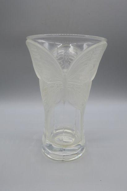 Vase en cristal à décor de papillons en verre...