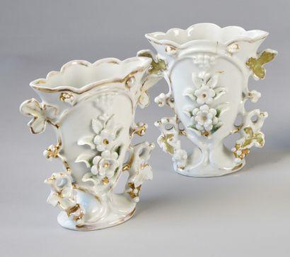 Paire de vases d'autel en porcelaine de Paris,...