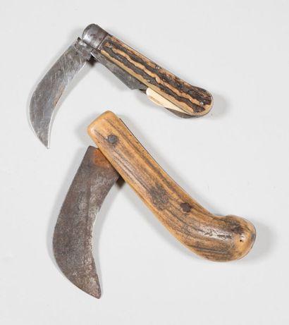 Couteaux pliants à lames serpettes, anciens....