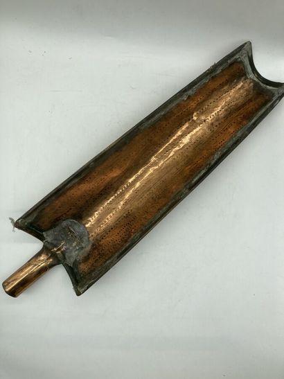 Art populaire.  Rare moule à tuile en cuivre.  H. 63 cm