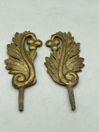 Deux éléments décoratifs en bois doré à décor feuillagé.  H. totale : 27 cm