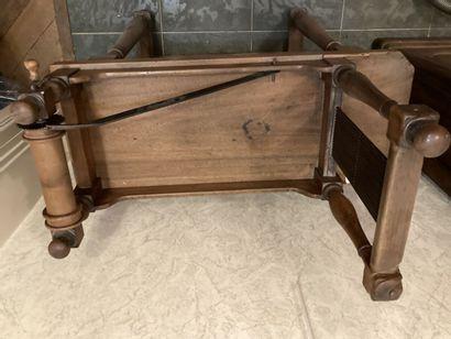 Meuble de métier en bois naturel, une manivelle actionnant une roue crantée, plateau...