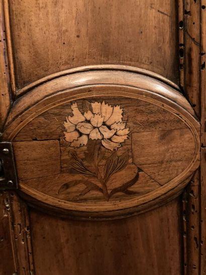 """Horloge en noyer à décor floral marqueté et monogrammée """"MB"""" avec un mouvement fleurdelysé..."""