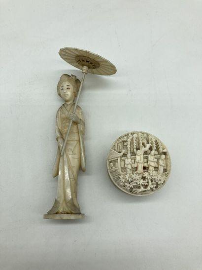 CHINE - JAPON. Lot en ivoire sculpté et ajouré...