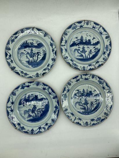 CHINE. 4 assiettes circulaires à décor blanc-bleu...