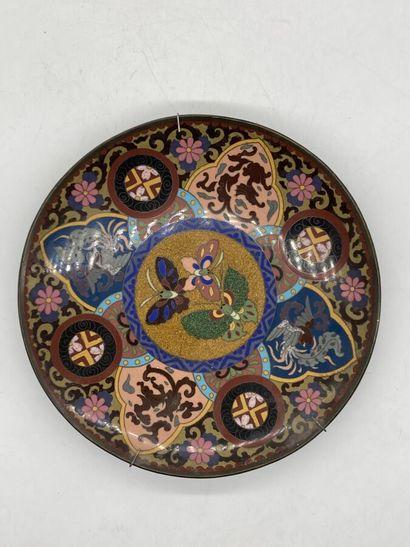 Assiette en bronze à décor cloisonné de papillons et griffons.  Chine.  Diamètre...